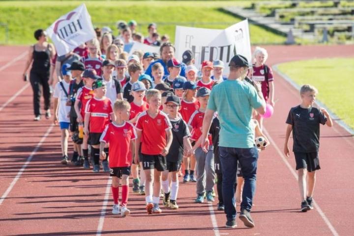 Karjalaiset futisfestarit -tapahtuman yhteydessä järjestettiin jalkapalloseurojen kulkue.