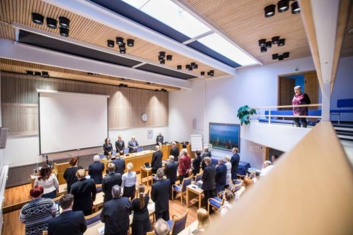 Kunnanvaltuusto kunnioitti valtuuston satavuotistaivalta laulamalla Karjalaisten laulun. Yleisöä oli päässyt paikalle vain vähän.