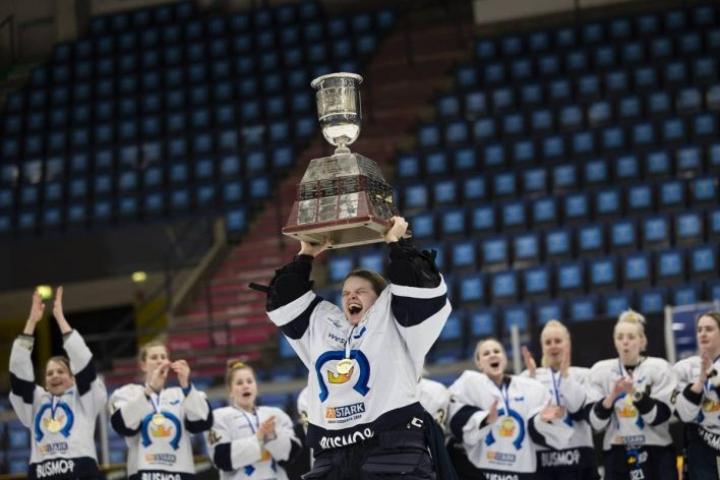 Kiekko-Espoon maalivahti Tiia Pajarinen nosti mestaruuspokaalin ilmaan torstai-iltana Kuopiossa.