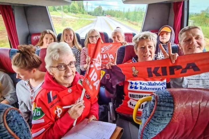 Samu-Kalle Varosen mummo Marja-Liisa Varonen poimi eilen miehensä kanssa viisi sankollista puolukoita vietäväksi kouvolalaiseen dementiakotiin. Sankot ovat mukana KiPan fanibussissa.