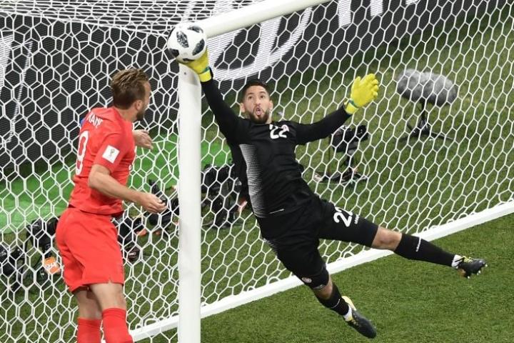 Tunisian Mouez Hassen torjui Englannin Harry Kanen katsellessa vierestä ottelussa kesäkuussa Volgogradissa. Lehtikuva/AFP
