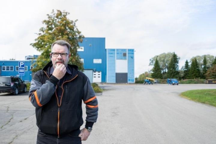Käyttopäällikkö Pasi Kakkonen kertoo, että puhidistamon piha-aluetta kohennetaan vielä.