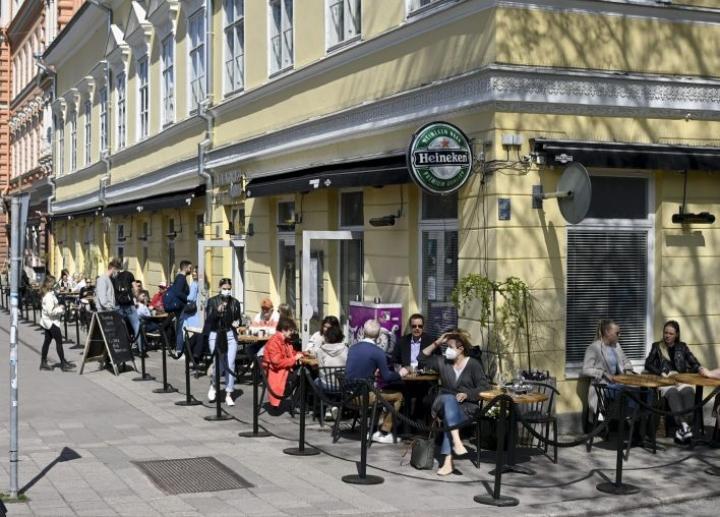 Ihmisiä nauttimassa auringosta ravintolaterassilla Turussa tänään. LEHTIKUVA / ANTTI AIMO-KOIVISTO