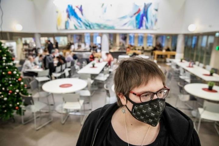 Uuteen rakennukseen astuessaan Ruska Tuohimaa aistii nopeasti, pitääkö hänen kaivaa pääkallokuvioinen suodatinmaskinsa esiin. Sisäilman kemikaalit aiheuttavat hänelle monenlaisia oireita.