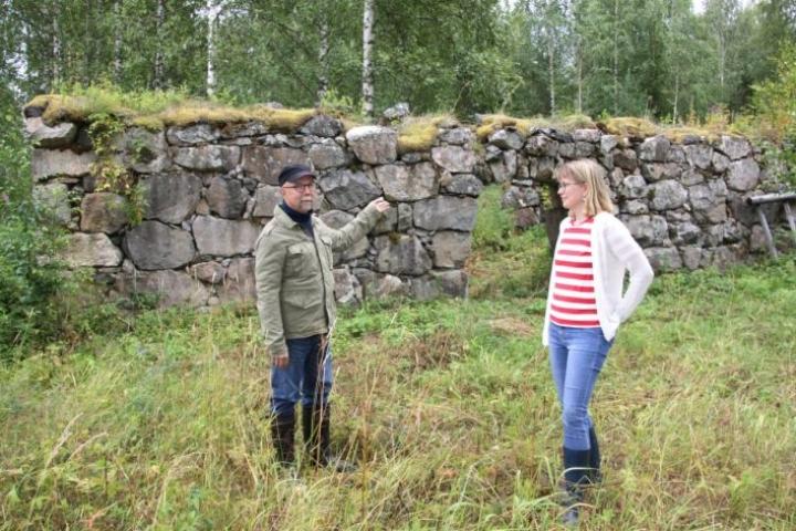 Jukka Kokkonen Tarja-vaimonsa kanssa Kokkosten vanhan sukutilan navetan kivijalan äärellä.