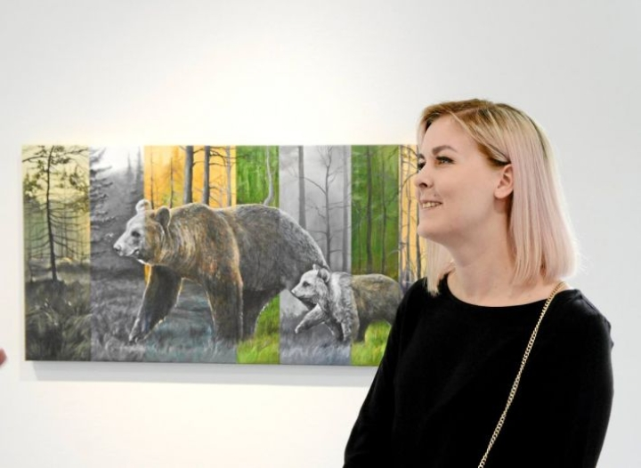 Jasmina Ijäs on Salmelan kesän 2019 nuori taiteilija. Teos Jalanjäljissä.