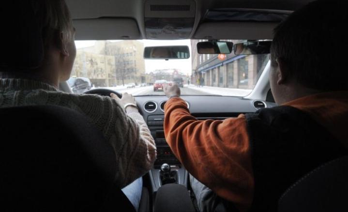 Liki kaikki oppilaat suorittavat ajokortin manuaalivaihteisella ajokilla, jottei ajokorttiin tulisi automaattivaihteisen ajoneuvon erityisehtoa.  LEHTIKUVA / Vesa Moilanen