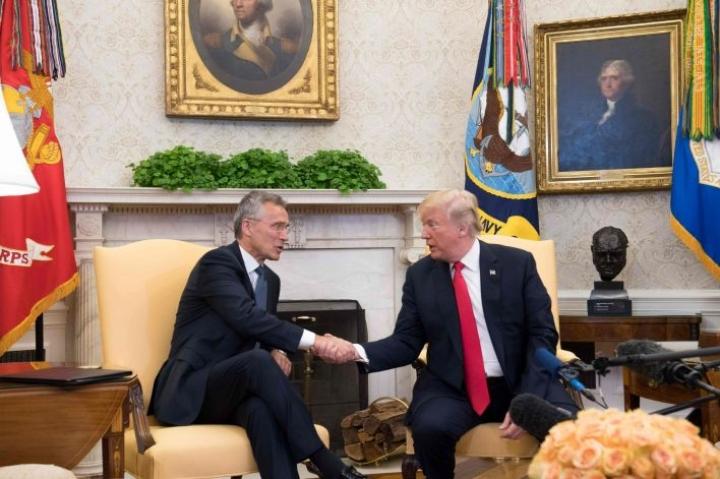 Naton pääsihteeri Jens Stoltenberg tapasi Yhdysvaltain presidentin Donald Trumpin myös viime vuoden toukokuussa. LEHTIKUVA / AFP
