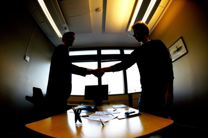 Asuntolainaa hakiessa ensimmäinen yhteydenotto tehdään useimmiten verkkopankin tai pankin avoimien nettisivujen kautta. LEHTIKUVA / Martti Kainulainen