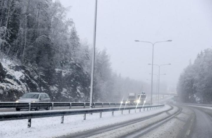 Huono ajokeli on vaikeuttanut autoilijoiden elämää monin paikoin. LEHTIKUVA / MARKKU ULANDER