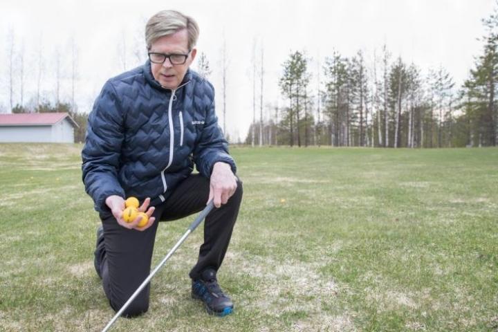 Outokummun golfseuran puheenjohtaja Raimo Tölli kertoo, että seuran harjoituspallot vaihdettiin keltaisiksi. Samalla lailla ne korppien leikkeihin kelpaavat.