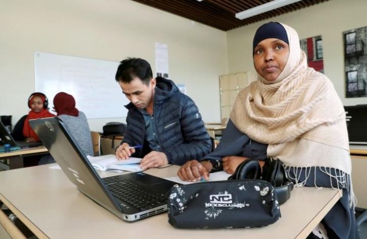 Jos peruskoulussa opiskellaan normaalisti yhdeksän vuotta, aikuisten perusopetuksessa sama tietomäärä on puristettu noin kolmeen vuoteen. Ismail Wafai (vas.) ja Sadiyo Mohamud ovat opinnoissaan loppusuoralla.