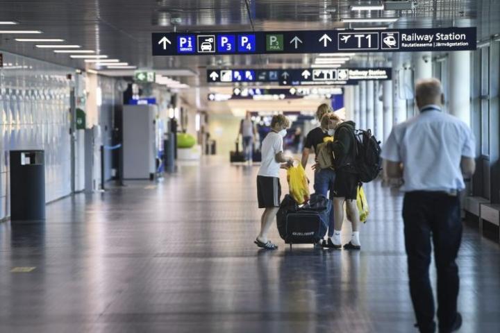 Lentoaseman neuvontapisteellä arvioidaan, onko matkustajan syytä mennä koronavirustestiin. Arkistokuva. LEHTIKUVA / Emmi Korhonen