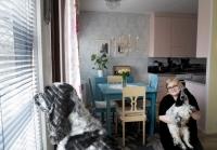 """Kylässä: Hanna Kärkkäinen, 26, ei säästele värejä 59 neliön kaksiossaan – """"Valtaosa kalusteista on peräisin mummolan aitasta"""""""