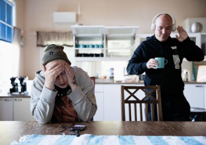 Mikalla (vas.) on vaikea aamu Kostamokodissa. Kassu (oik.) on paremmalla tuulella ja yrittää piristää.