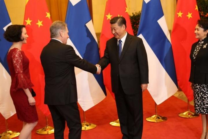 Kiinan presidentti Xi Jinping ja rouva Peng Liyuan (oik.) toivottivat presidentti Sauli Niinistön ja rouva Jenni Haukion tervetulleiksi valtiovierailulle Kiinaan maanantaina.
