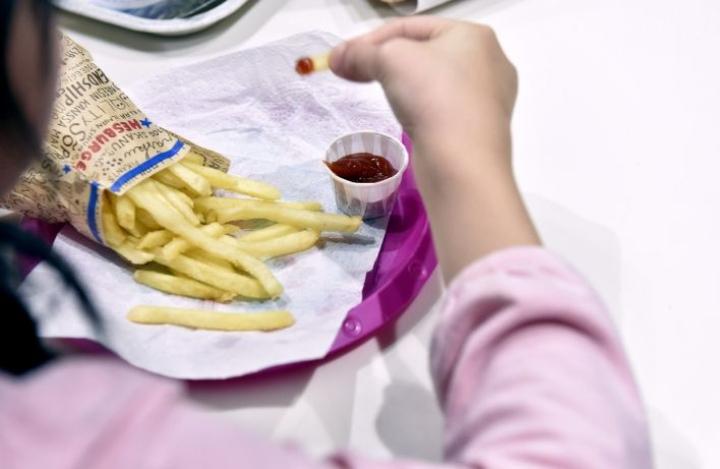 Lasten ja nuorten ylipainon ja lihavuuden yleisyydessä oli selviä eroja sairaanhoitopiirien ja kuntien välillä. Lehtikuva / Emmi Korhonen