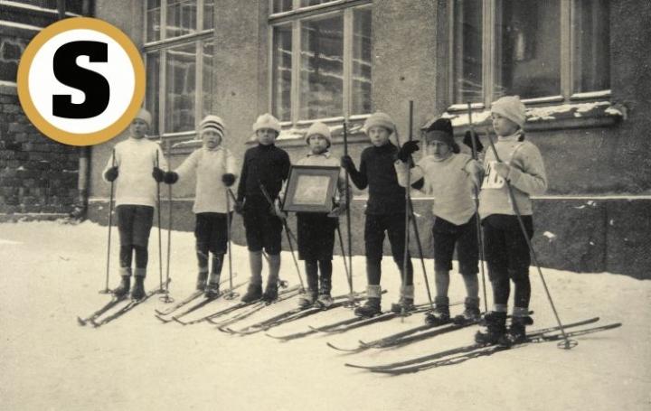 """""""Liikunnan"""" käsitettä ei vielä ollutkaan, kun nämä Helsingin Tehtaankadun kansakoulun pojat kuvattiin suksineen 1900-luvun alussa. Sen sijaan puhuttiin voimistelusta ja urheilusta."""