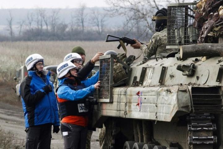 Paikalla on myös Euroopan turvallisuus ja yhteistyöjärjestön Etyjin tarkkailijoita valvomassa joukkojen vetäytymistä. LEHTIKUVA/AFP