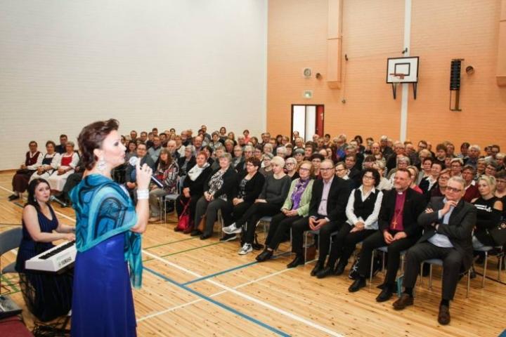 Arja Koriseva lauloi ja Minna Lintukangas säesti tukikonsertissa, joka kokosi paikalle runsaan 300 henkilön yleisön.