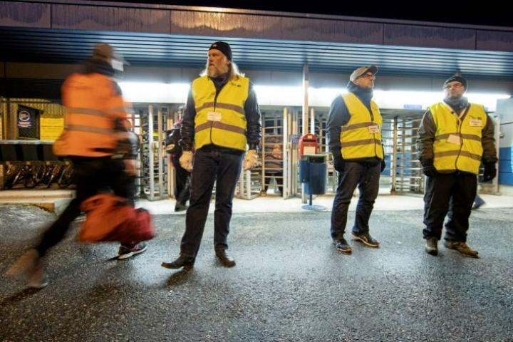 Meyer Turku Oy:n edessä oli lakkovahteja keskiviikkona aamulla. Suomessa poliittiset työtaistelut ovat sallittuja toisin kuin monessa muussa Euroopan maassa.