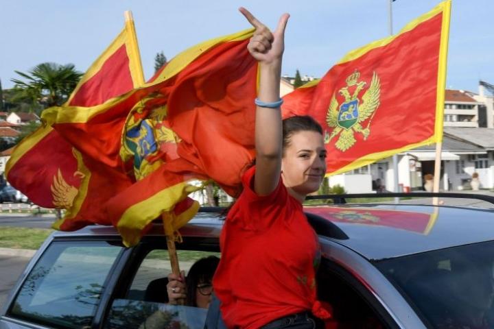 Presidentti Milo Djukanovicin puolueen kannattajia liikkeellä Montenegron pääkaupungissa. LEHTIKUVA/AFP