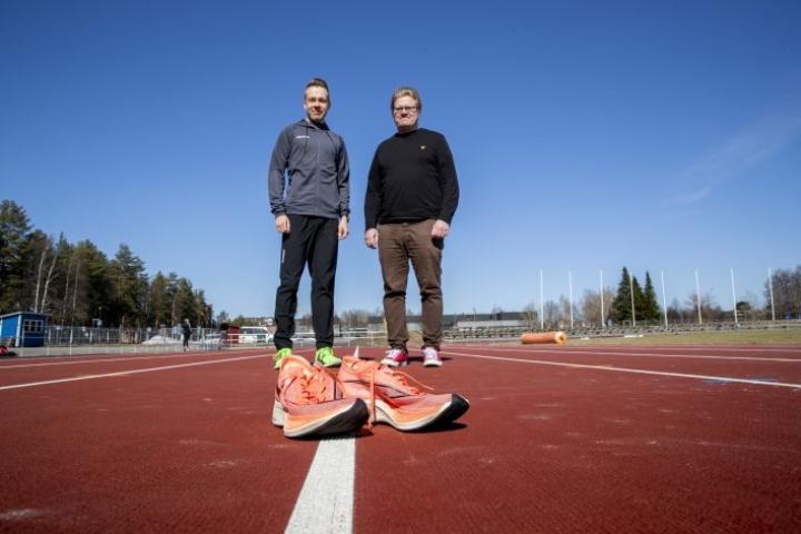 Nike Vaporfly -lenkkarit ovat herättäneet keskustelua kestävyysjuoksijoiden keskuudessa. Joensuulaisjuoksija Arttu Vattulainen ja valmentaja Tuomo Lehtinen ovat huomanneet, että valtaosa maantiejuoksijoista on ottanut paksupohjaiset hiilikuitukengät käyttöön kisoissa.