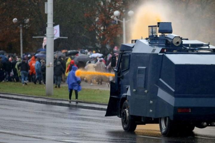 Minskissä mellakkapoliisi käytti protestoijia vastaan muun muassa vesitykkejä. Lehtikuva/AFP