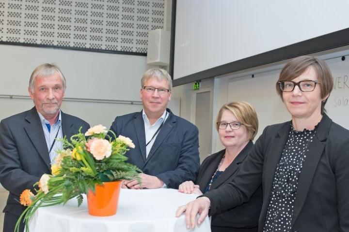Kuvassa vasemmalta lukien toimialajohtajat Reijo Härkönen ja Jari Jolkkonen, hallintojohtaja Pia Hiltunen sekä pedagoginen johtaja Jatta Herranen.
