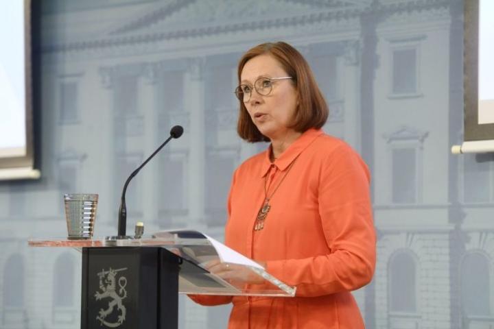 Kuntaministeri Sirpa Paateron mukaan henkilötunnusten uudistamista koskenut esitys oli kunnianhimoinen, mutta siihen ryhtyminen ei ole perusteltua ainakaan nykyisessä taloustilanteessa. LEHTIKUVA / VESA MOILANEN
