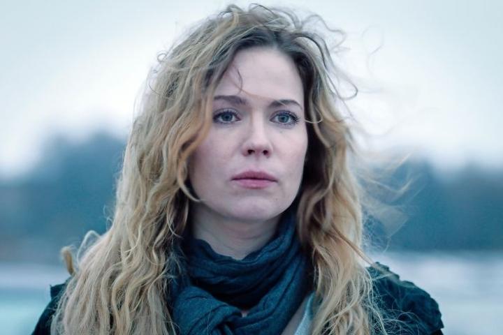 Pihla Viitala näyttelee Sofia Karppia Ylen Karppi-sarjassa.