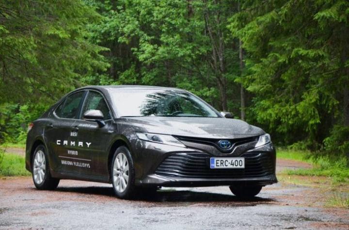 Toyota toi maailmalla hyvin menestyvän Camryn pitkästä aikaa Suomeen Avensiksen poistuttua tuotannosta. Täkäläisillä markkinoilla uusi Camry etsii ostajia Mondeo-luokan ja premiumien, kuten Audi A4:n välistä.