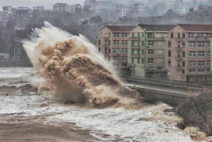 Aallot murjoivat Taizhoun rantaa jo perjantaina taifuunin lähestyessä. Lehtikuva/AFP