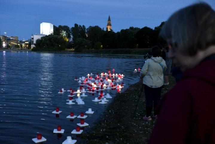 Hiroshiman ja Nagasakin atomipommi-iskujen uhreja muistetaan esimerkiksi Helsingissä Töölönlahdella. LEHTIKUVA / Onni Ojala