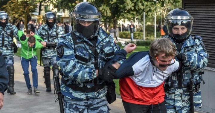 Moskovassa yli 130 mielenosoittajaa on pidätetty epävirallisessa mielenosoituksessa, jossa ihmiset vaativat vapaita vaaleja.