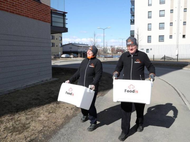 Merja ja Kari Bågeberg veivät ruokalähetyksiä asiakkaille. Joensuun ruutukaavalla ja lähialueella yritys ei peri toimituksista maksua.