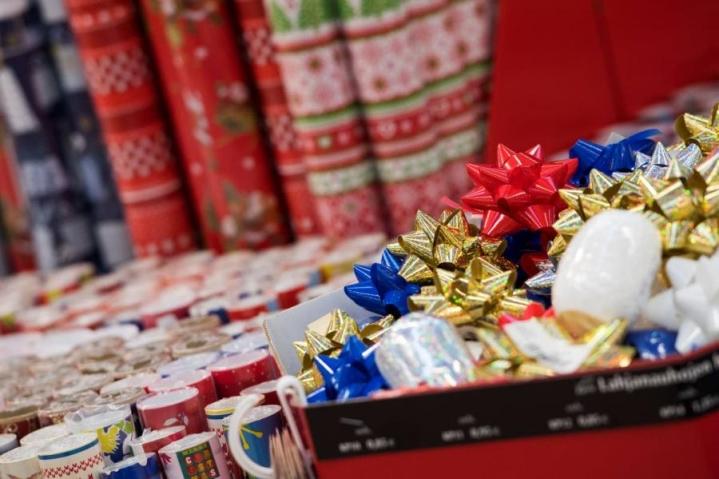 Kauppojen joulusesonkia yritetään vauhdittaa mustalla perjantailla ja kybermaanantailla.