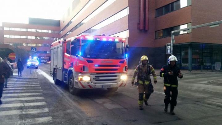 Pelastuslaitoksen mukaan vartija soitti hätäkeskukseen ja kertoi, että rakennuksen alakerroksessa on havaittu liekkejä. LEHTIKUVA / EIJA KONTIO