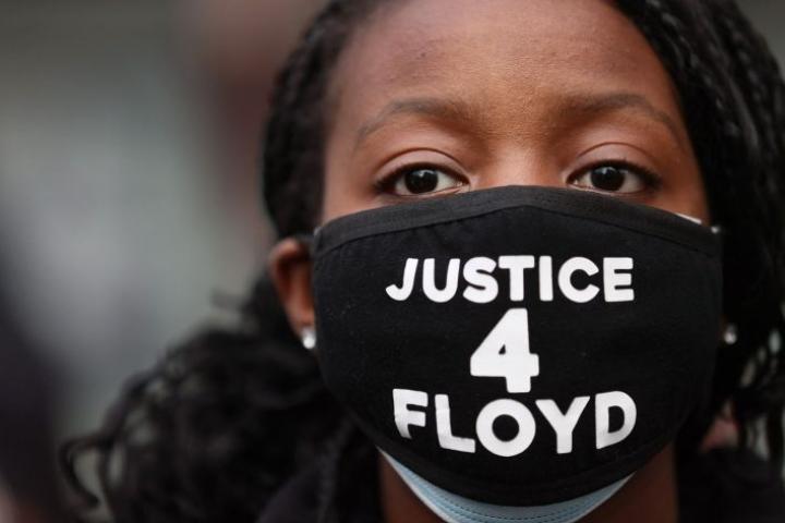 Valamiehistö sai tehtyä päätöksensä suhteellisen nopeasti. Kuvassa mielenosoittaja oikeussalin ulkopuolella. LEHTIKUVA/AFP
