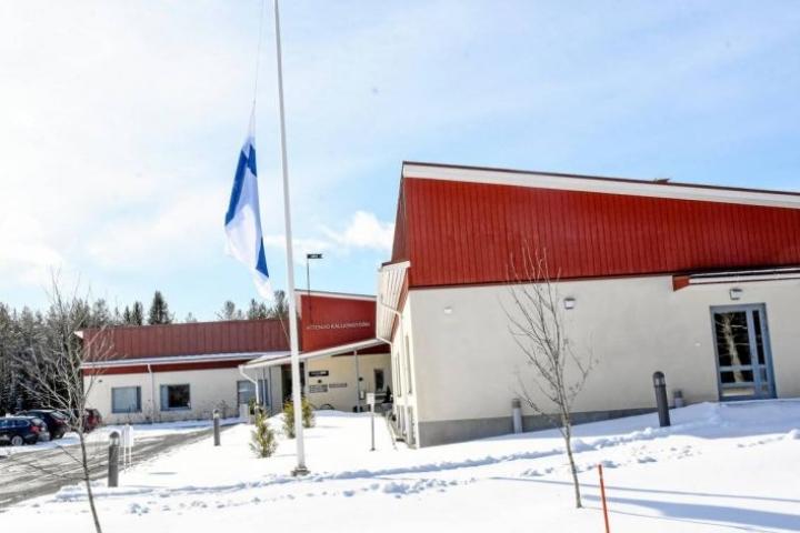 Attendo Kallionsydämen hoivakodin pihalla oli lauantaina lippu puolitangossa.