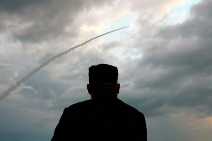 Pohjois-Korean johtaja Kim Jong-un seurasi asetestejä tuntemattomaksi jääneessä paikassa 31. heinäkuuta. LEHTIKUVA/AFP