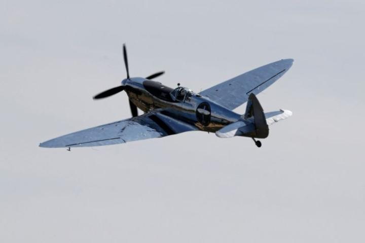 Brittilentäjä Matt Jones lähti Spitfirellä tänään matkaan Chichesteristä Englannista. LEHTIKUVA/AFP