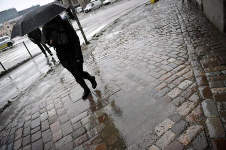Etelään on luvassa vesisateita, maan keskivaiheilla lunta ja räntää. LEHTIKUVA / Antti Aimo-Koivisto