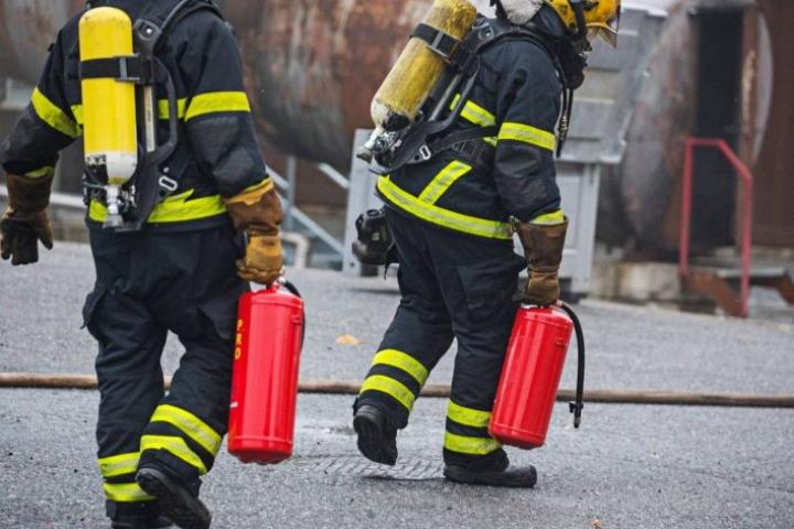 Myös palomiehet käyttävät kotitalouksista tuttuja nestesammuttimia sammuttamaan pienen palon tai nopeana alkutoimena rajoittamaan isommankin palon alkua.