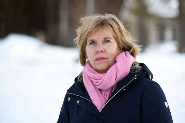 Oikeusministeri Anna-Maja Henrikssonilla (r.) on hallituspuolueiden tuki.