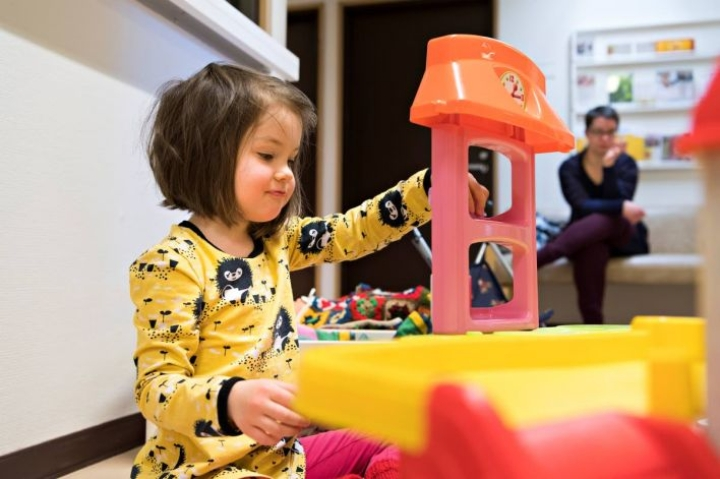 Jyväskyläläinen Meeri Junttila, 4, on sairastanut tähän mennessä vain yhden korvatulehduksen, siitä on aikaa yli vuosi. Hän odotteli äitinsä Enni Junttilan (taustalla) kanssa pääsyä 4-vuotistarkastukseen neuvolassa viime torstaina.