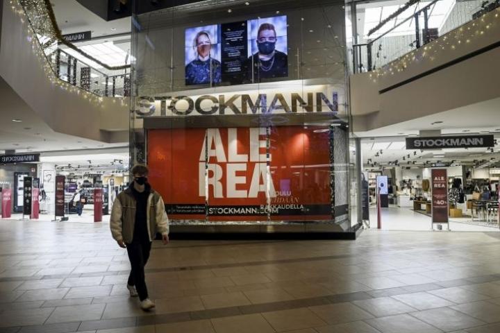 Stockmannin mukaan koronapandemialla oli vuoden ensimmäisellä neljänneksellä yhä negatiivinen vaikutus liiketoimintaan, etenkin kivijalkamyymälöiden asiakasmääriin. LEHTIKUVA / EMMI KORHONEN