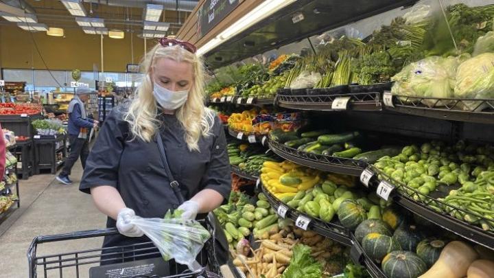 Ruokakaupassa käydään maskin kanssa ja jono kauppaan kestää Los Angelesissa tällä hetkellä parisenkymmentä minuuttia.
