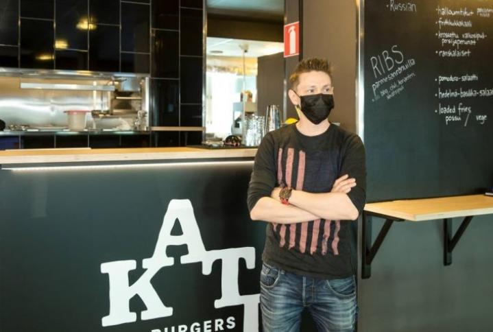 Yrittäjä Ohto Mettälä toivoo, että mahdollisimman pian selviäisi, koskeeko ravintolasulku Pohjois-Karjalaa vai ei.