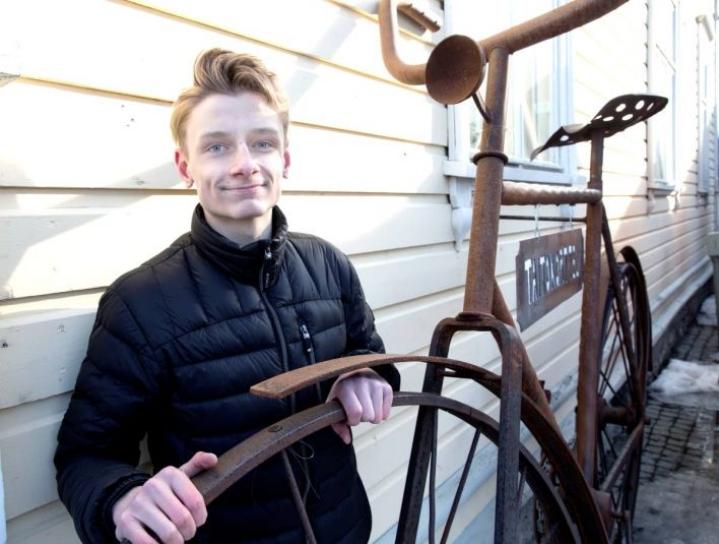 Jesper Kähkönen on toinen Ecofillarin yrittäjistä. Valtakunnalliseen kilpailuun mukaan päässyt yritys korjaa, ja sitten vuokraa ja myy polkupyöriä. -Isä on opettanut, iten pyörä korjataan. Isää taas on opettanut ukki.
